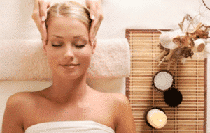 Thajská masáž hlavy Pomáhá k plynulé stimulaci energie hlavy, obličeje a uší a tím podpoří klidnou relaxaci a blaženost vaší mysli a ducha. Snižuje stres a bolest hlavy, zvyšuje kreativitu, soustředění, jasnost myšlení, uvědomění, klid a porozumění s ostatními. Zlepšuje stav vlasů. A hlavně snižuje krevní tlak, který se může vytvořit vliv